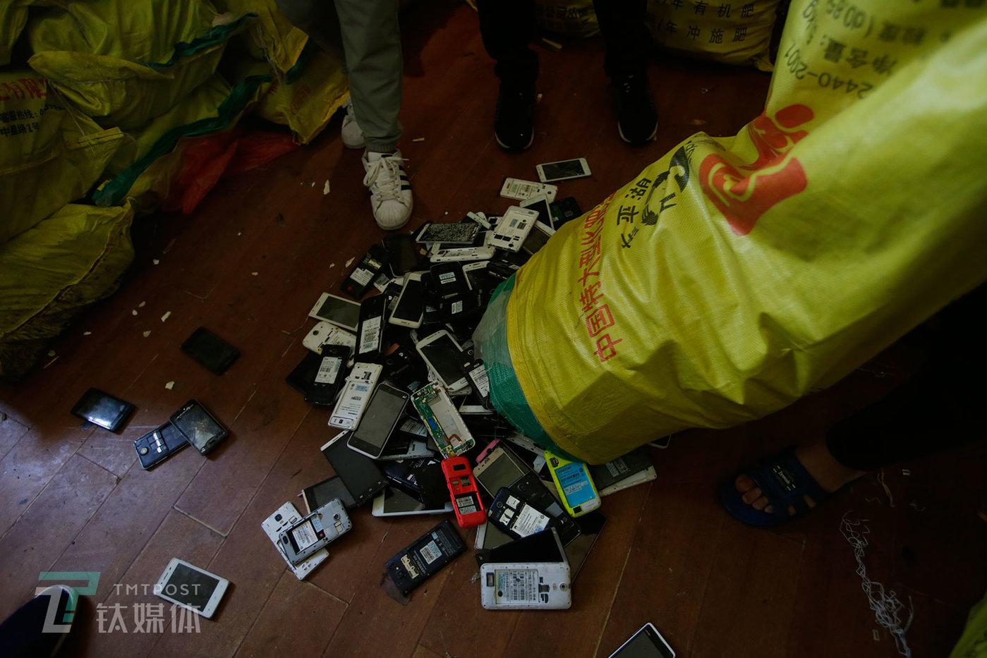 买家到来后,卖家要把手机倒出来验货。深圳的买家一般在华强北一带有仓库或者柜台,他们的收购也更加细分:有人专收国产智能机,有人专门收苹果,有人收华为、小米或者诺基亚,还有人专收废旧笔记本、平板电脑、EVD等废旧电子产品。
