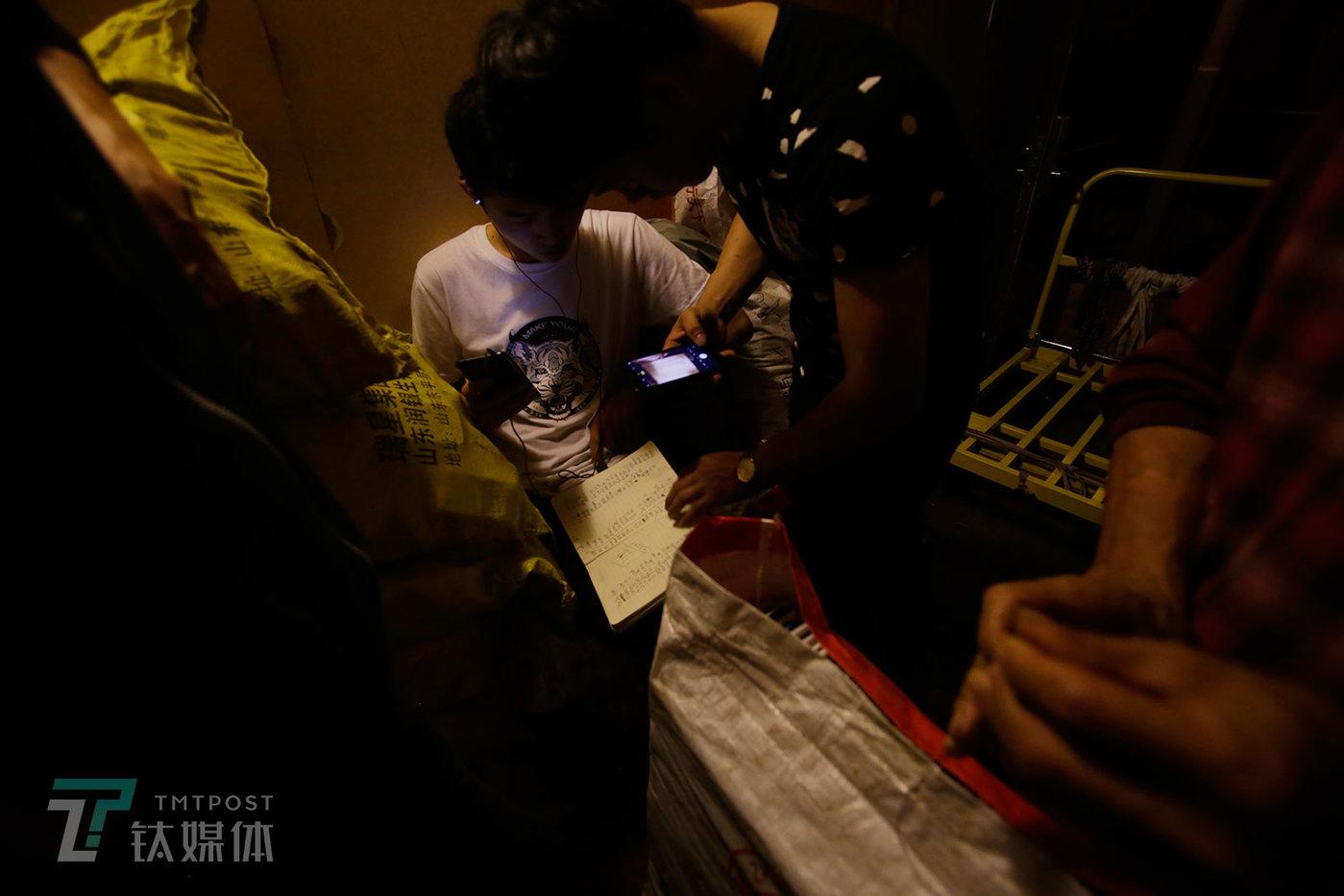 点数完成后,卖家保存原始账单,一名深圳买家用手机把账单拍下来留底。