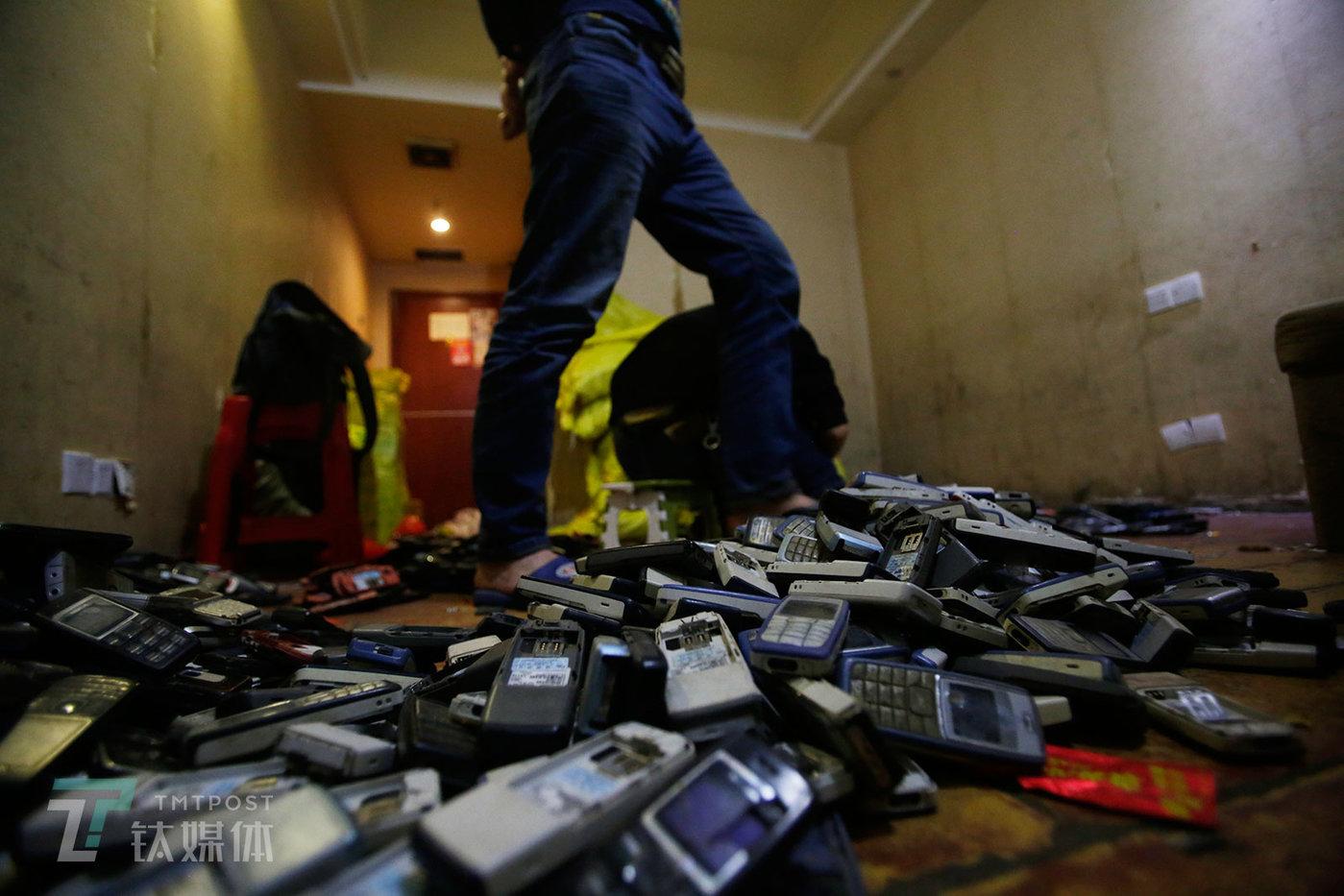 一批等待清点的2g诺基亚手机。