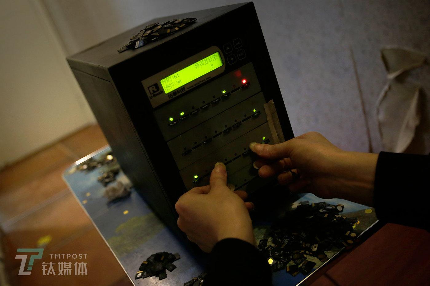 在这个市场,跟手机有关的部件都有专人收购。宾馆房间,一位专门收购存储卡的买家在逐个测试卖家带来的旧卡。这个机器可以迅速检测出存储卡是否完好,测试时亮起红灯表示卡是坏的,绿灯则表示卡是好的,这些卡论个卖,收购单价在几块钱。