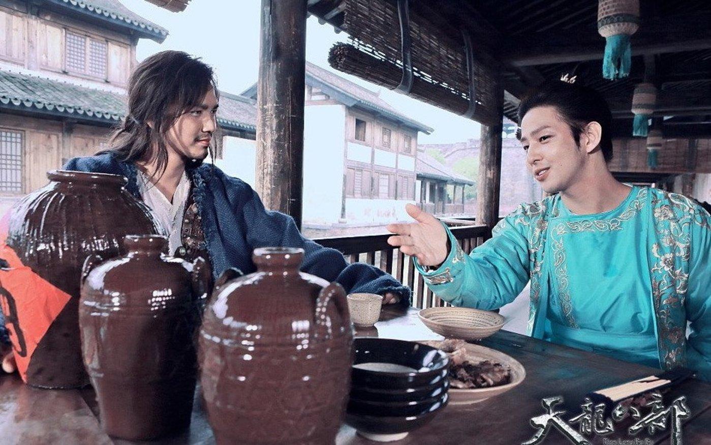 于正版《天龙八部》剧照:乔峰和段誉,图/视觉中国