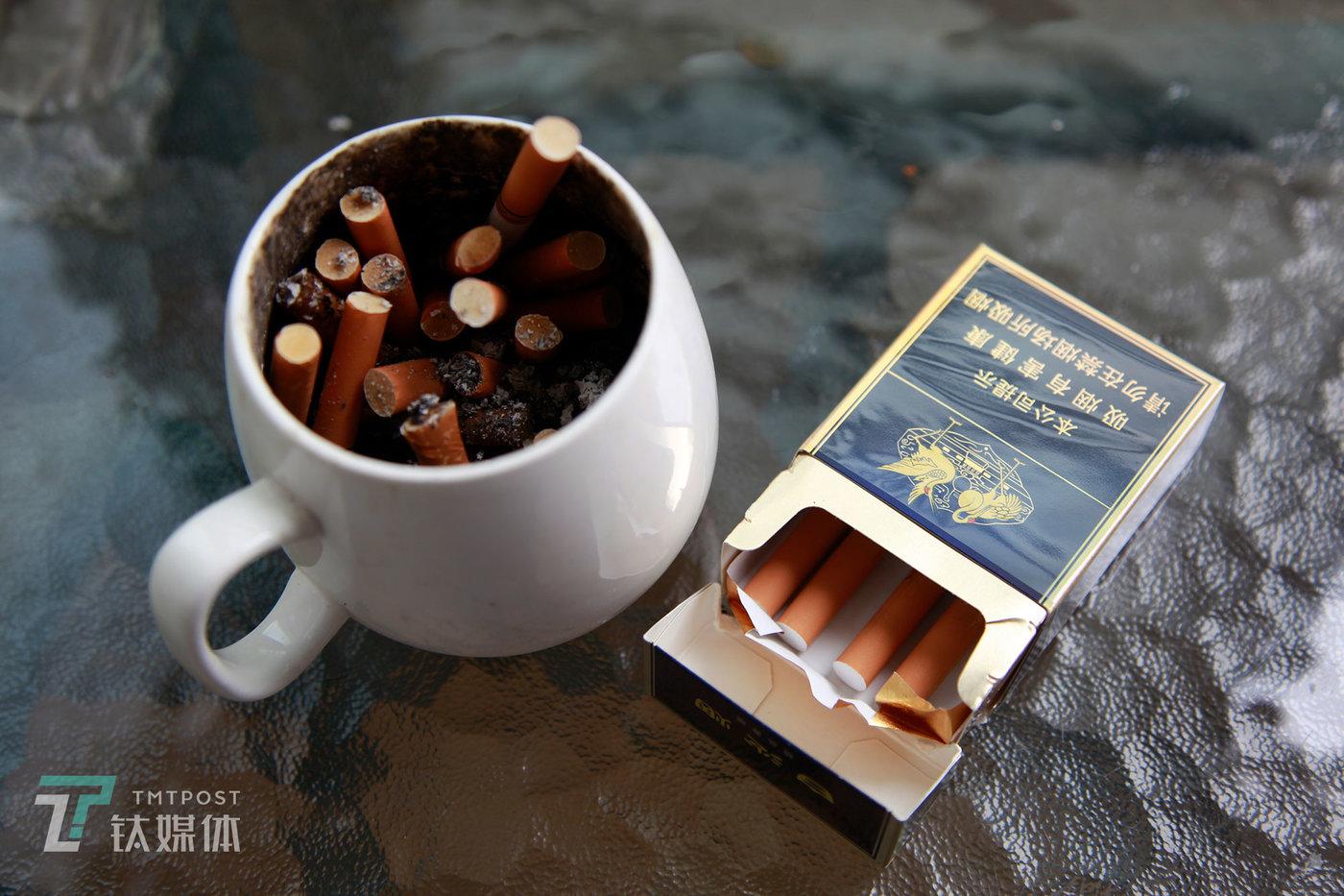 """失业之后,他忍不住抽烟,以前一天一包不到,现在每天至少两包烟。""""失业""""让他压力格外大,除了经济压力,还有精神上的紧张和恐惧。""""裁员是经济大环境的问题,还会持续,裁员带来的连锁反应可能会持续很久。"""""""