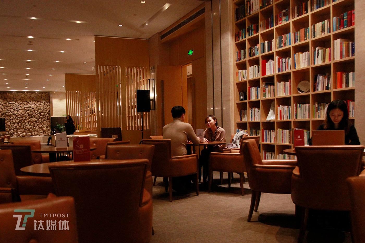 艾菲与人约在一家咖啡馆面试,这是她失业后的第七次面试。