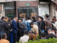 【图集】上海流浪汉走红,网络主播扎堆围观直播蹭流量