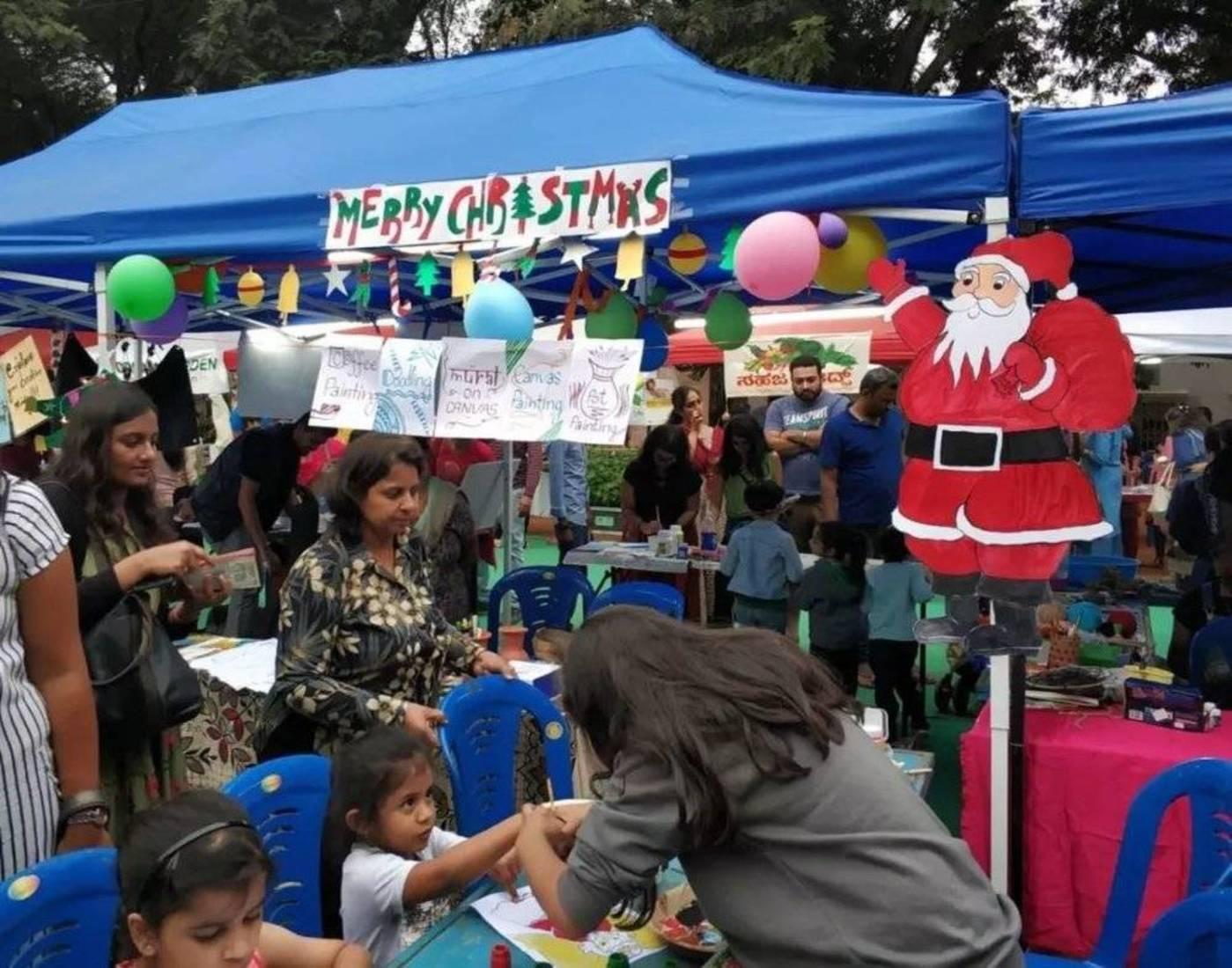 班加罗尔的圣诞集市,只有圣诞老人穿得最厚