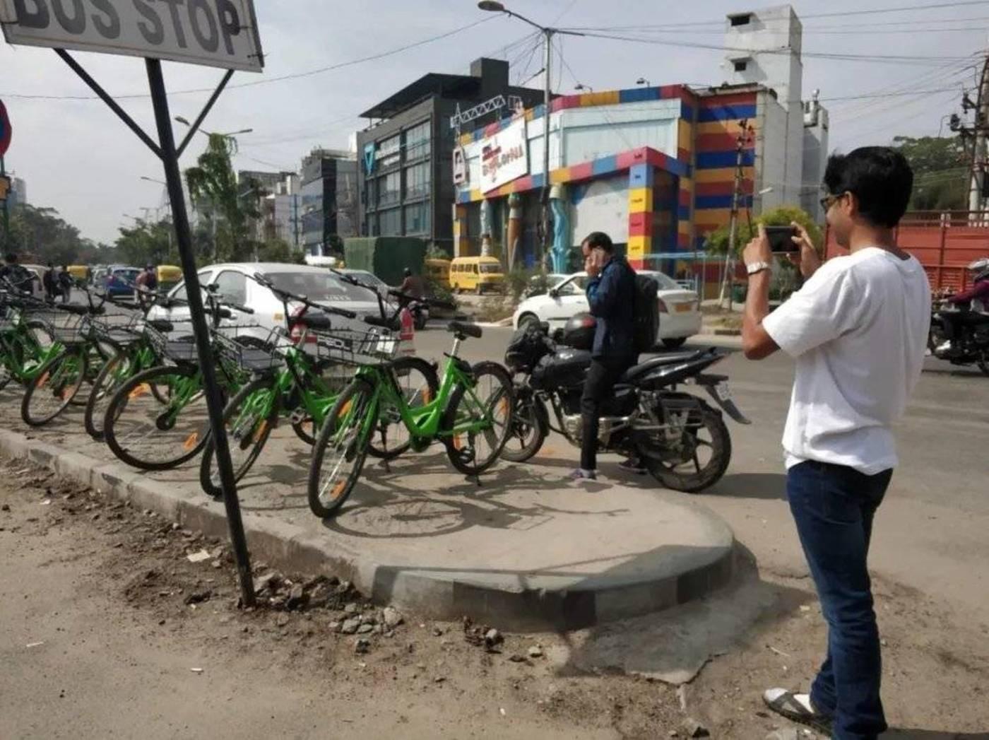 和主编在共享单车停车点的蹲点采访
