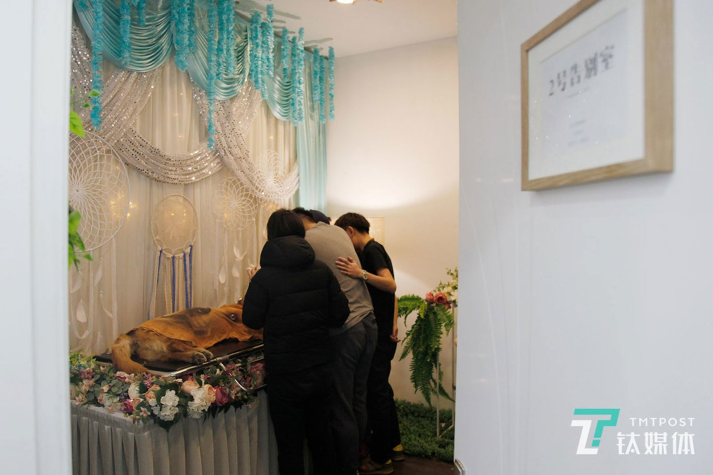 Once his body is cleaned, Mán Tou is placed in the farewell room.
