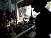 【图集】乱入!DJ驻场菜市场,一边打碟一边卖菜