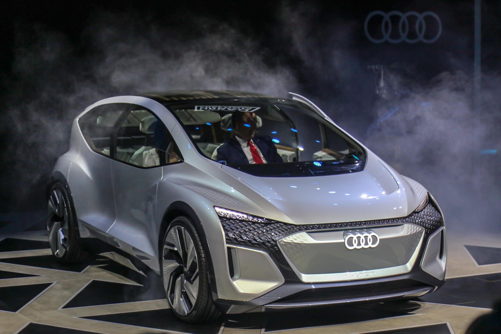 展现未来城市出行愿景,奥迪在上海展出AI:ME概念车 | 一线车讯
