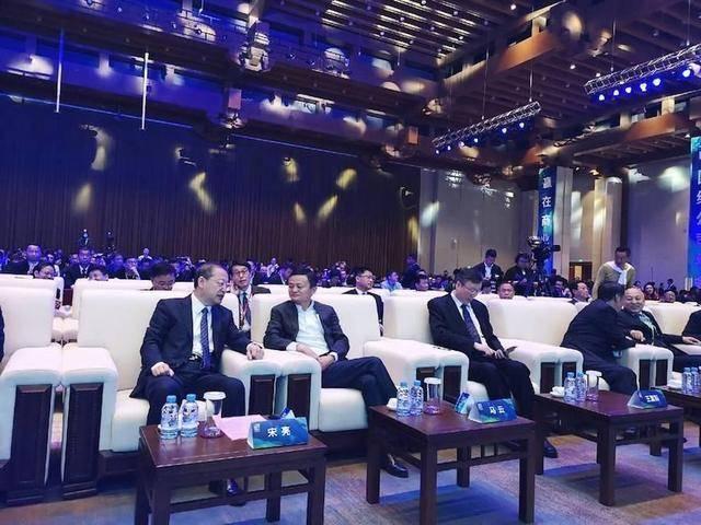 """马云现身绿公司年会:探讨跟腾讯的竞争关系,以及最近热议的""""996"""""""