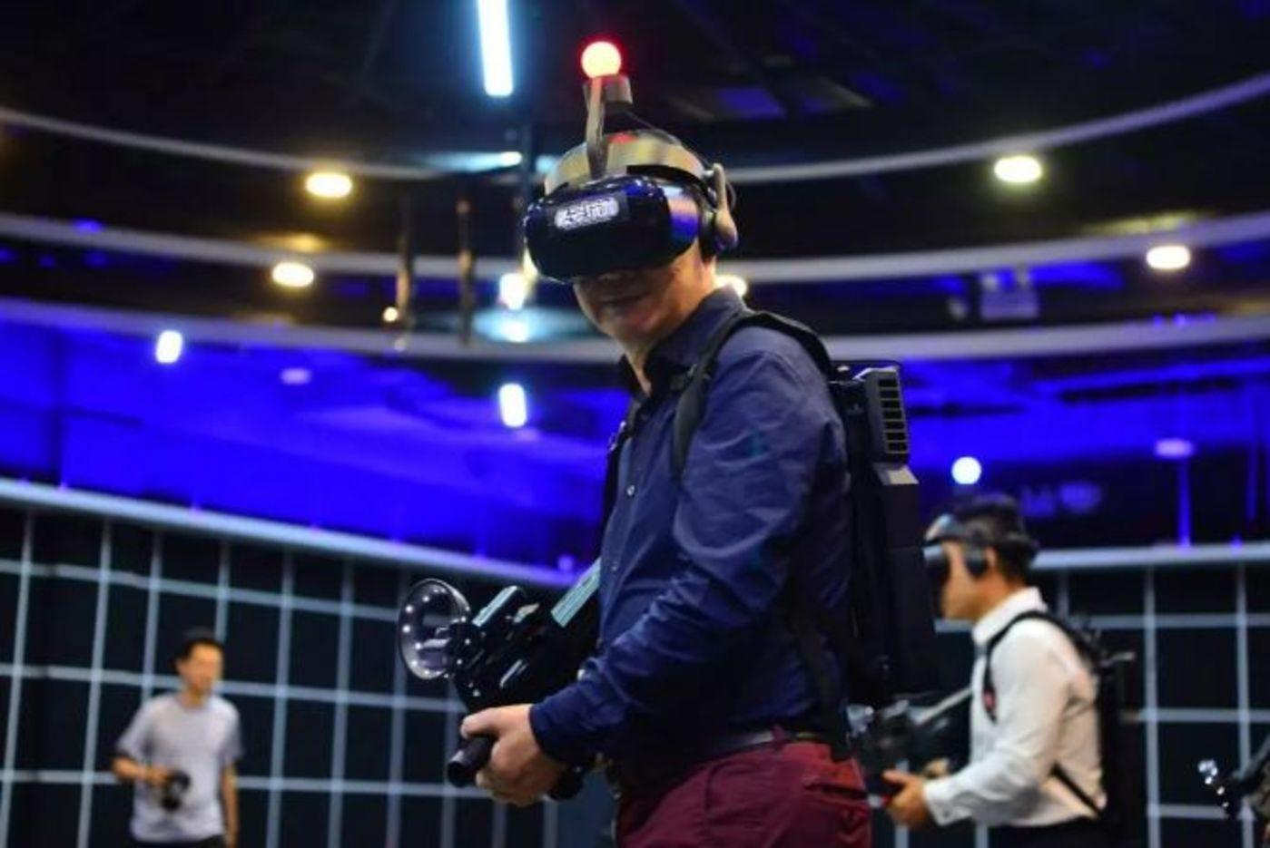 玩VR游戏的张召忠