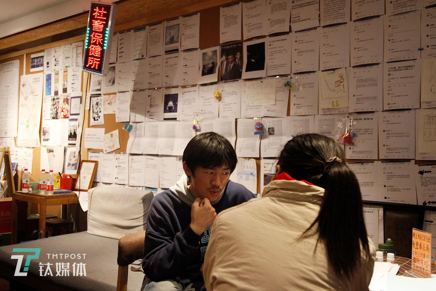 """""""社畜博物馆""""现场还设置了互动环节""""社畜保健所"""",由""""社畜保健师""""小武(左)""""坐诊"""",为""""社畜""""们提供""""脱畜""""咨询。"""