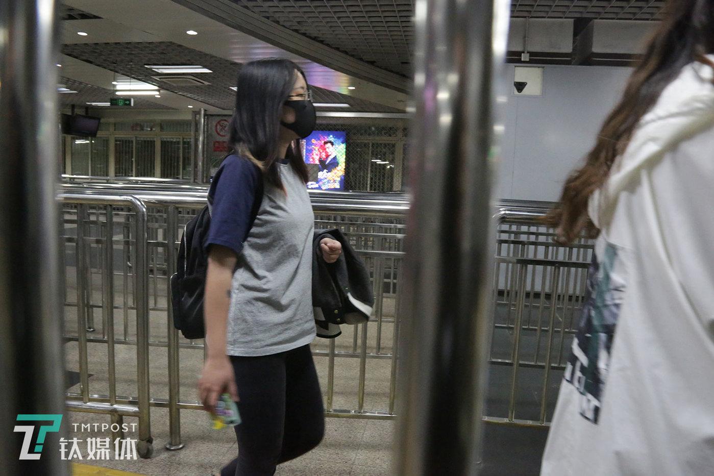 """4月30日22:17,北京,结束加班的贝贝走在回家的换乘地铁站。贝贝24岁,目前在一家游戏公司做策划。她的上一份工作是在影视公司做编剧和策划,用她的话来说,在那家公司自己是""""十分典型的社畜""""。"""