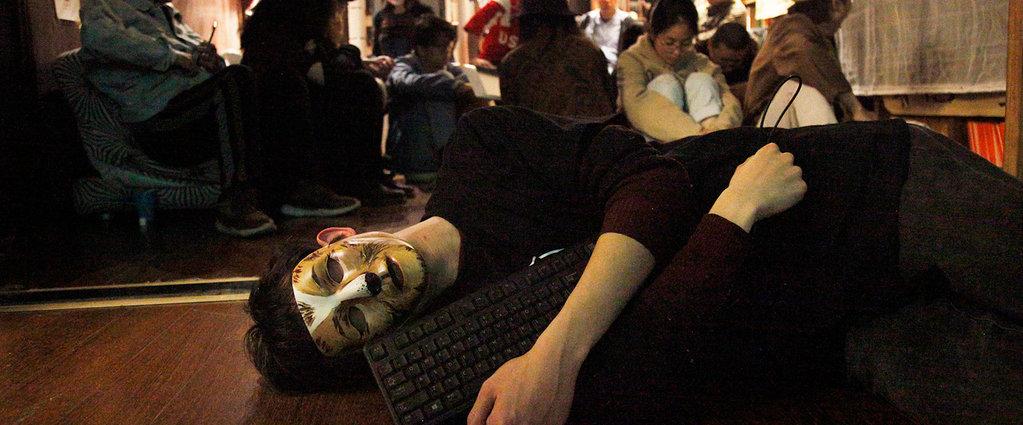 """我的""""社畜""""生活:工作13个月哭过100次,每天都感到慌张和恐惧丨钛媒体影像《在线》"""
