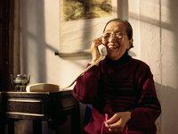 手机背后的老年人:沉迷、受骗与越轨