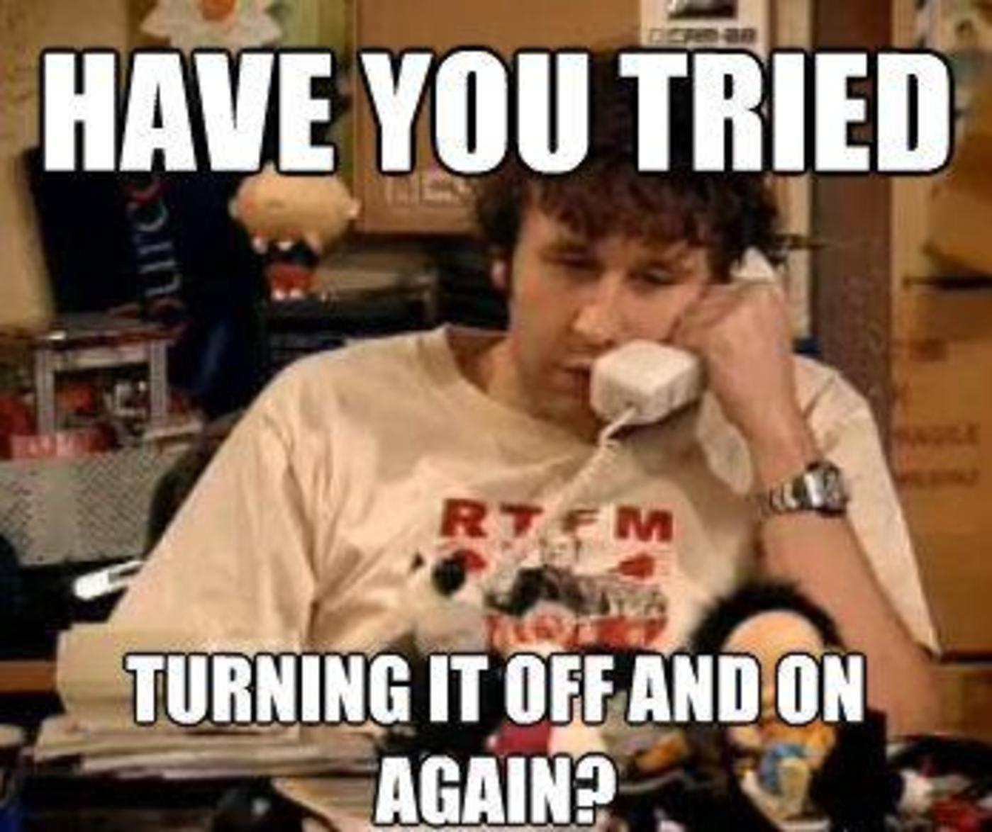 """英剧《IT狂人》中""""重启试试""""梗,每次Roy接到来电回复这句话几乎都能解决问题"""