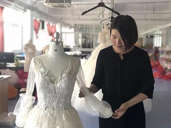 不少人把自己的婚纱生意带回了丁集镇。(图片来源:马越)
