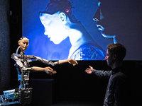 【图集】英国人工智能展上的百变机器人:表情帝、调酒大师、萌宠