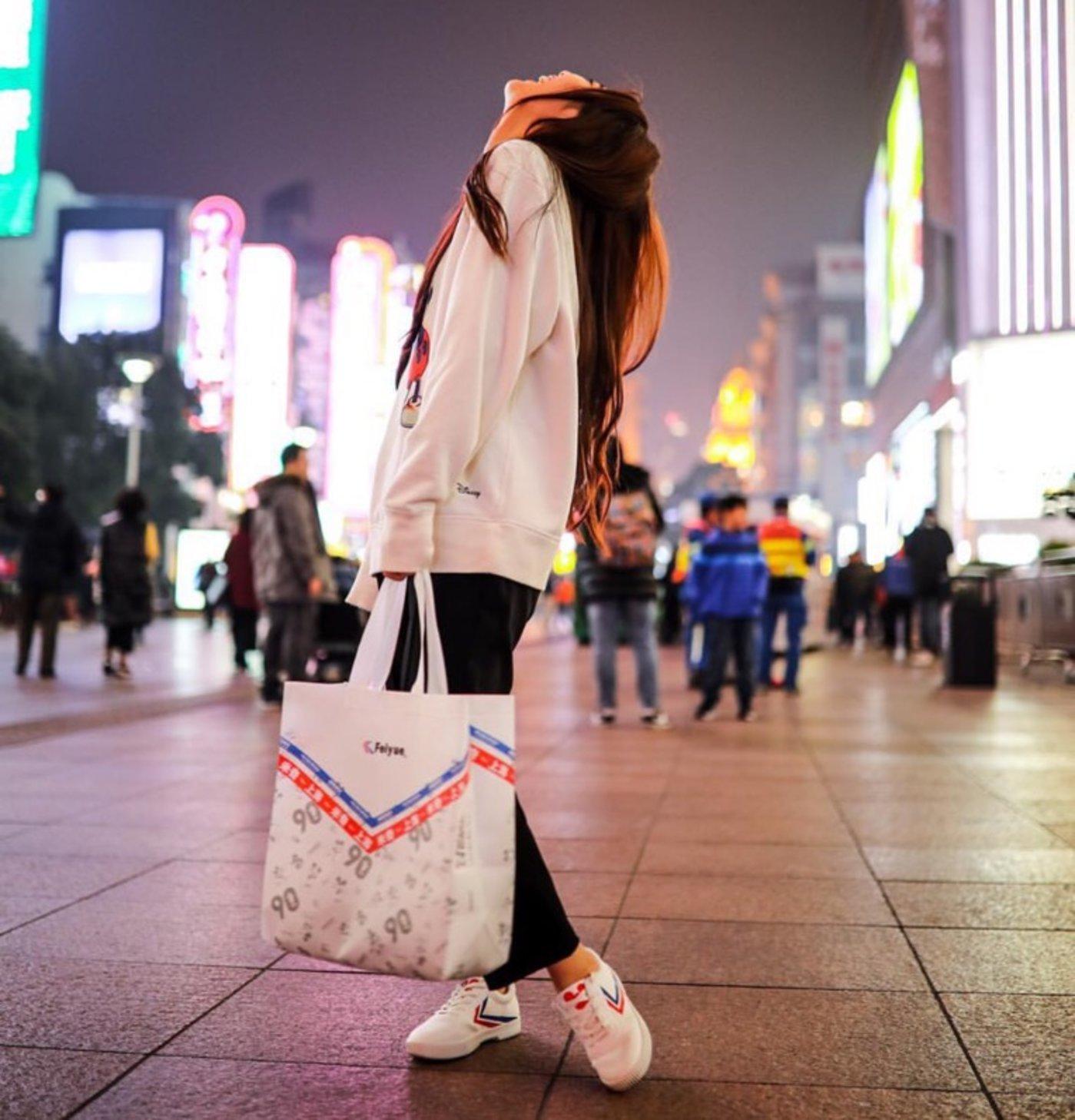 上海街头,穿着飞跃的年轻人