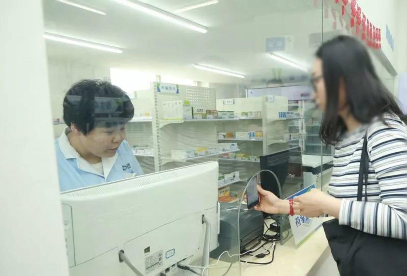 △欧阳青带着发到手机上的处方信息到院外药房购药 图片来源:百洋医药