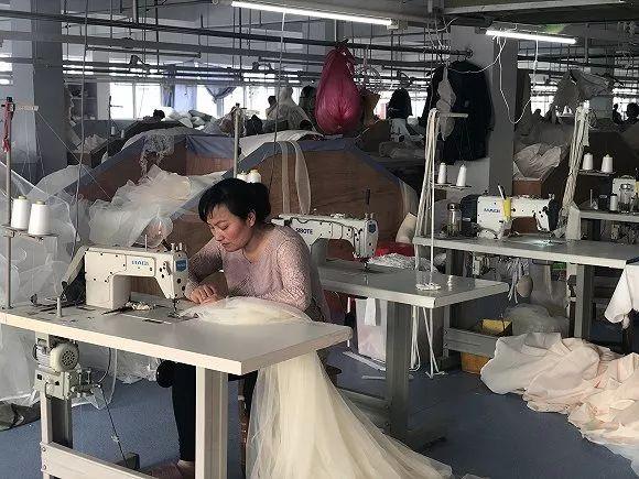 每天有一万件婚纱从安徽丁集镇发出,去为中国新娘造梦
