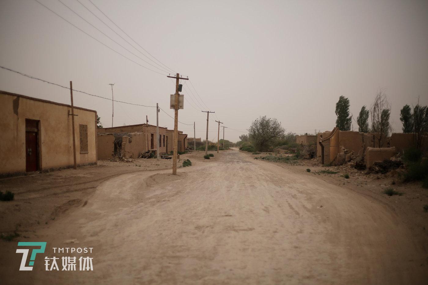 人口流失在这里已是不可避免的趋势。附智村,一条村路两旁,房屋已全部废弃,在此居住的村民有的去了沙漠对面的内蒙,有的去了民勤县或甘肃其他地方。