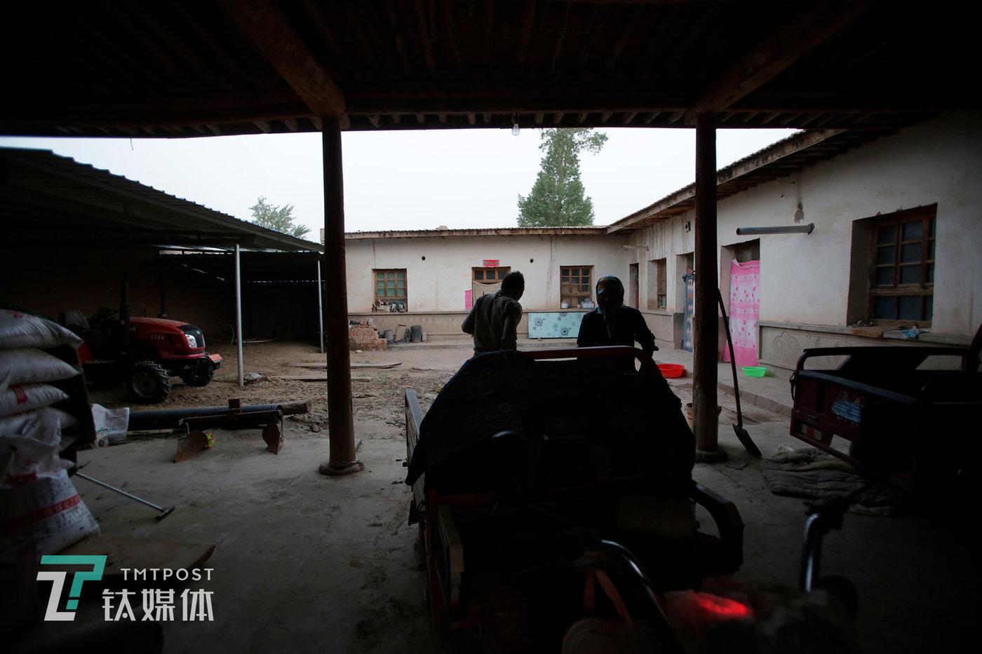 清晨,薛志明夫妇准备下地干活。迎接他们的大考将在8月下旬到来。