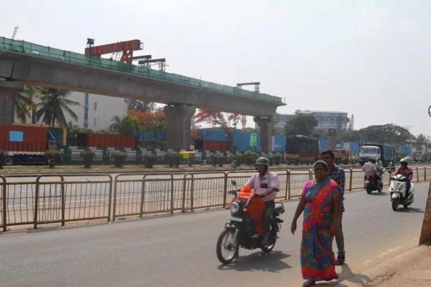 高架橋背后藍色金屬板圍起來的區域即將建成一棟電子廠研發樓