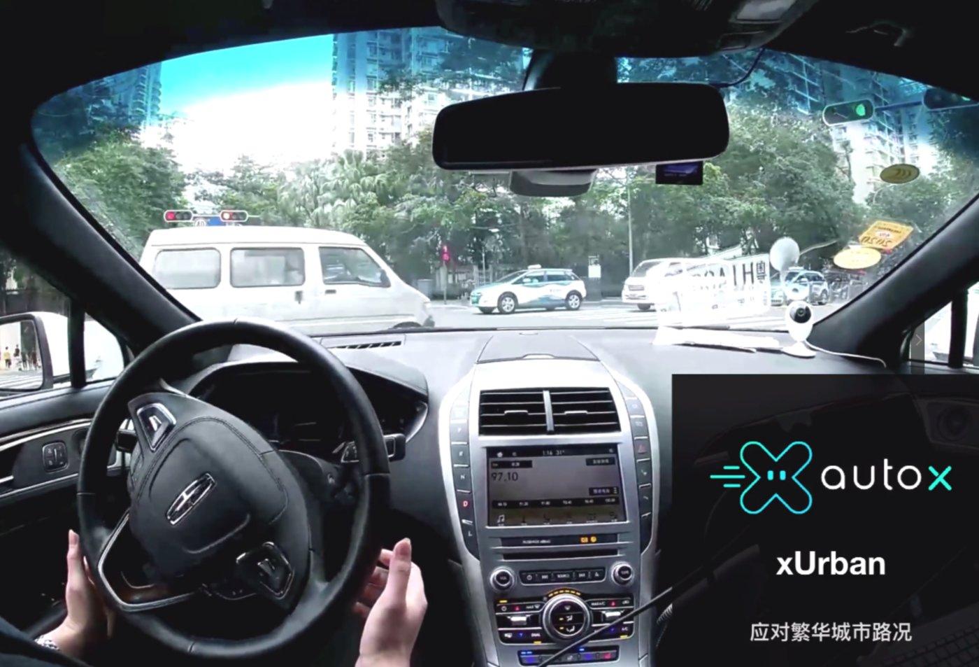 """自动驾驶车正在向前""""蹭"""""""