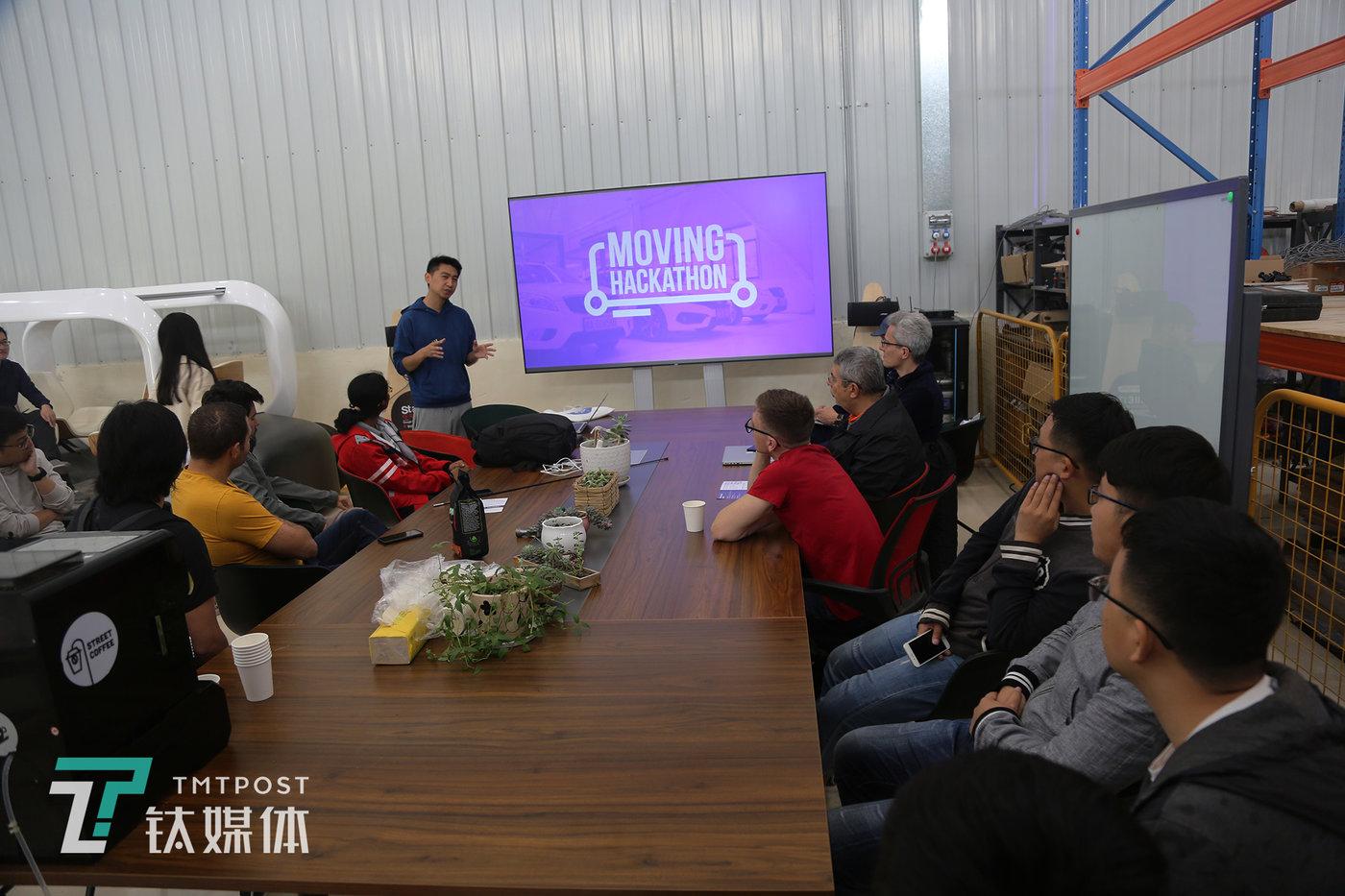 """5月22日,贵州科学城PIX翰凯斯无人驾驶智造工厂,赛事承办方挑战赛承办方PIX无人驾驶COO曹雨腾负责人向正在参赛人员讲解2019年数博会无人驾驶全球挑战赛""""Moving Hackathon""""的比赛规则。"""