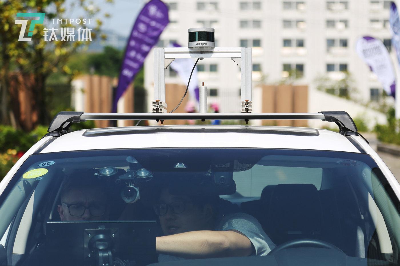 "D队队长马臻和  ""2 EASY队""队长Sam和 ""D队""队长马臻在和工程师在车内调整数据,赛事主办方准备的车辆只配备了Velodyne 16线激光雷达和单目摄像头作为传感器。"