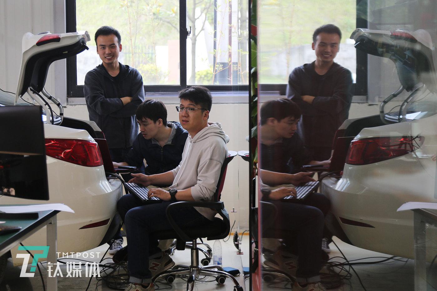 D队队员戚靓亮(图右)在修改路点参数。D队根据车在实际中行驶中的不同任务阶段,调试不同的速度、对不同的路点数量以及疏密程度进行修正。  戚靓亮是,中国移动浙江公司AI算法工程师,这次比赛中主要负责算法深度学习与图像处理。