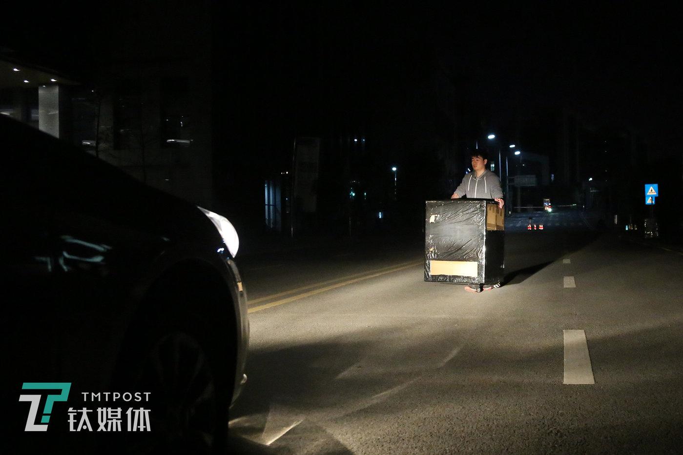 【哪天?】5月27日决赛当天,凌晨1点39分,D队林挺测量箱子的宽度连夜练习避障行驶。