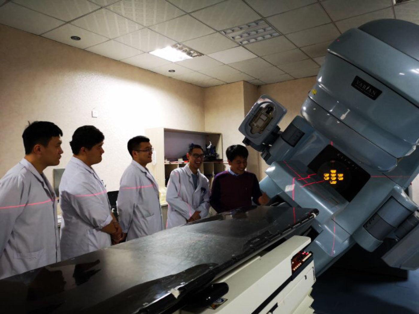 放疗设备的质量保证(QA)和质量控制(QC)是高质量放射治疗服务的必要条件,王璐和同事们在进行质控讨论