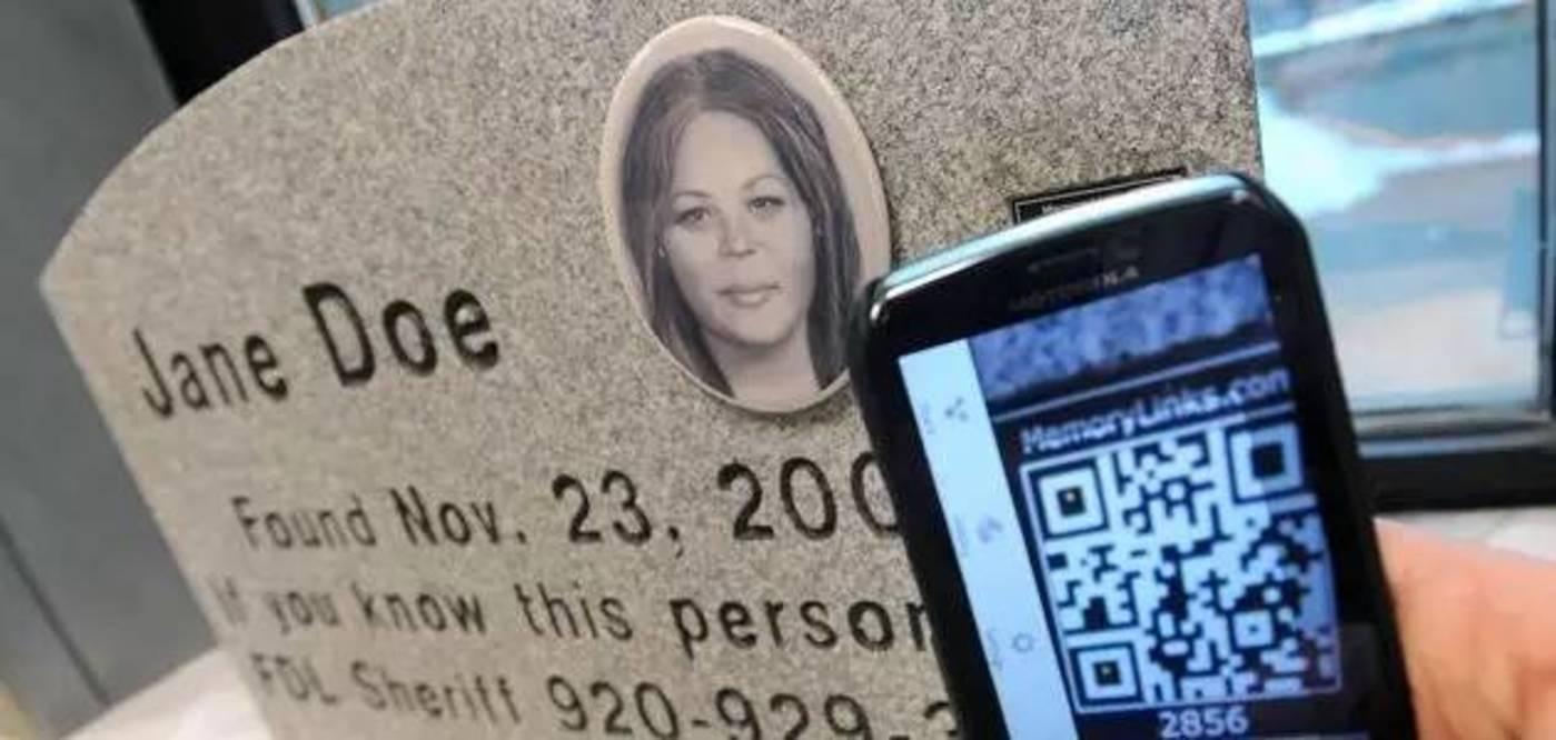 """在墓碑上嵌入一个二维码,用智能手机扫码,就能跳转到逝者的""""个人主页"""",从大量照片和家族史中了解他们的生平故事,还能直接留言"""
