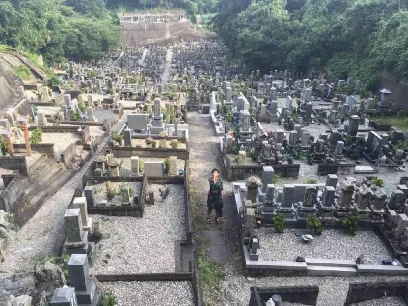 随着城市人口的增加,公墓成了我们的最后一站
