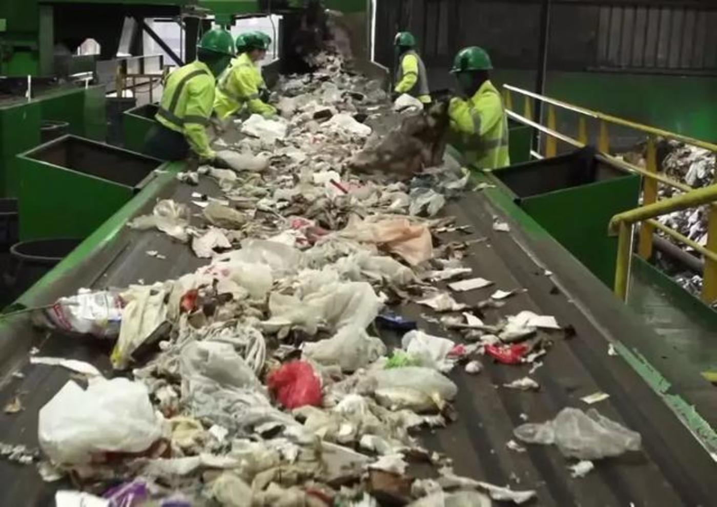 传统的人工垃圾分类处理流水线