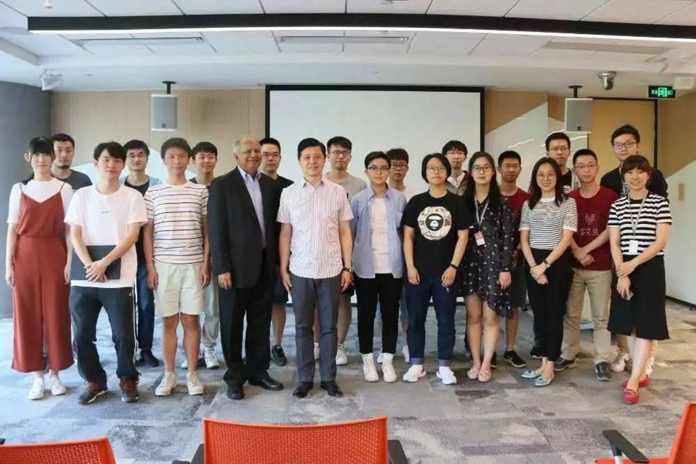 Raj Reddy(前排左四)与微软亚洲研究院院长洪小文(前排左五)以及学生合影