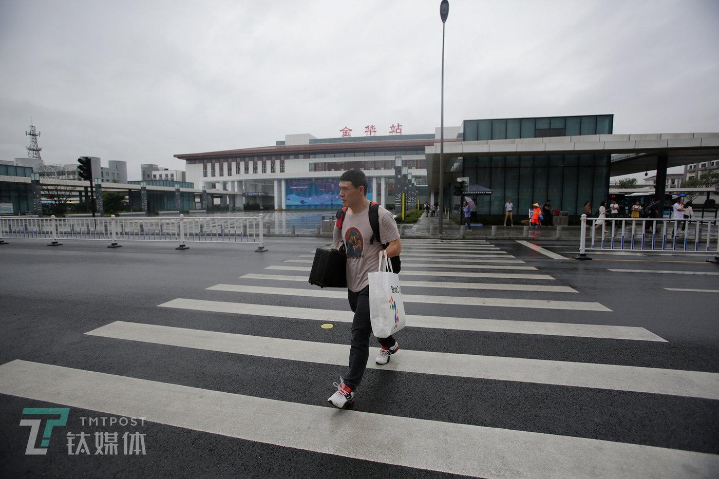 6月19日,结束了杭州双创周活动的倪敏成回到金华。