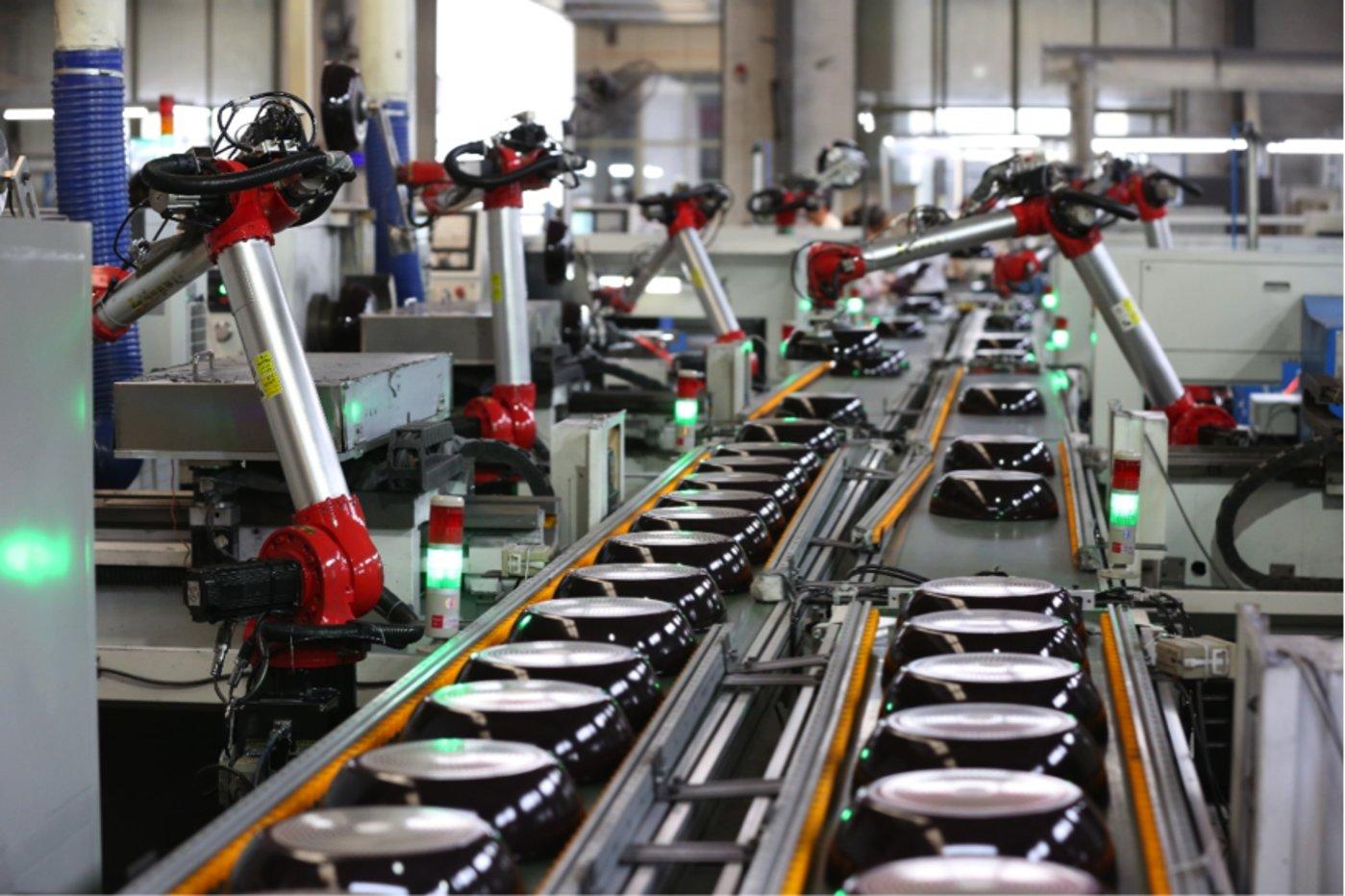 锅具品牌三禾的生产线