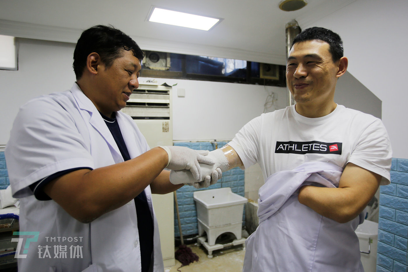 Ni Mincheng, a newly recruited prosthetic hand tester, aged 39, originates from the prefecture-level city of Jinhua in China's southeastern Zhejiang province. At the age of just 10, he lost both of his hands in an accident that resulted from explosives set off by villagers, originally intended to kill wild boars. On May 22 this year, in Shanghai, Ni Mincheng had gypsum mold cast to his arm to obtain an accurate limb model in order to prepare the cavity for a new prosthetic hand.