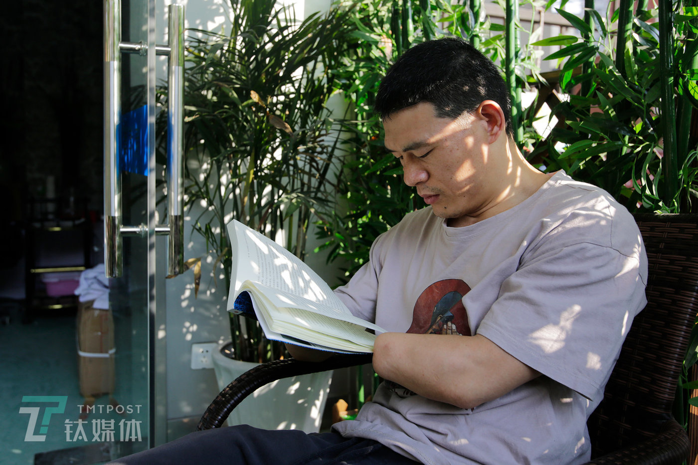 Shanghai. Taking a moment of rest from fitting the cavity, Ni Mincheng reads a book.