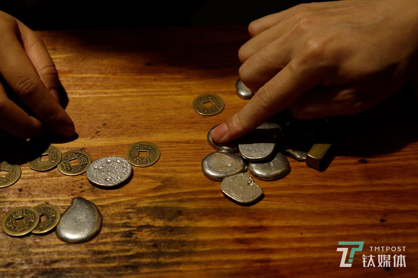 游戏中的银子,分别有一两、五两、一铜板(十两)。