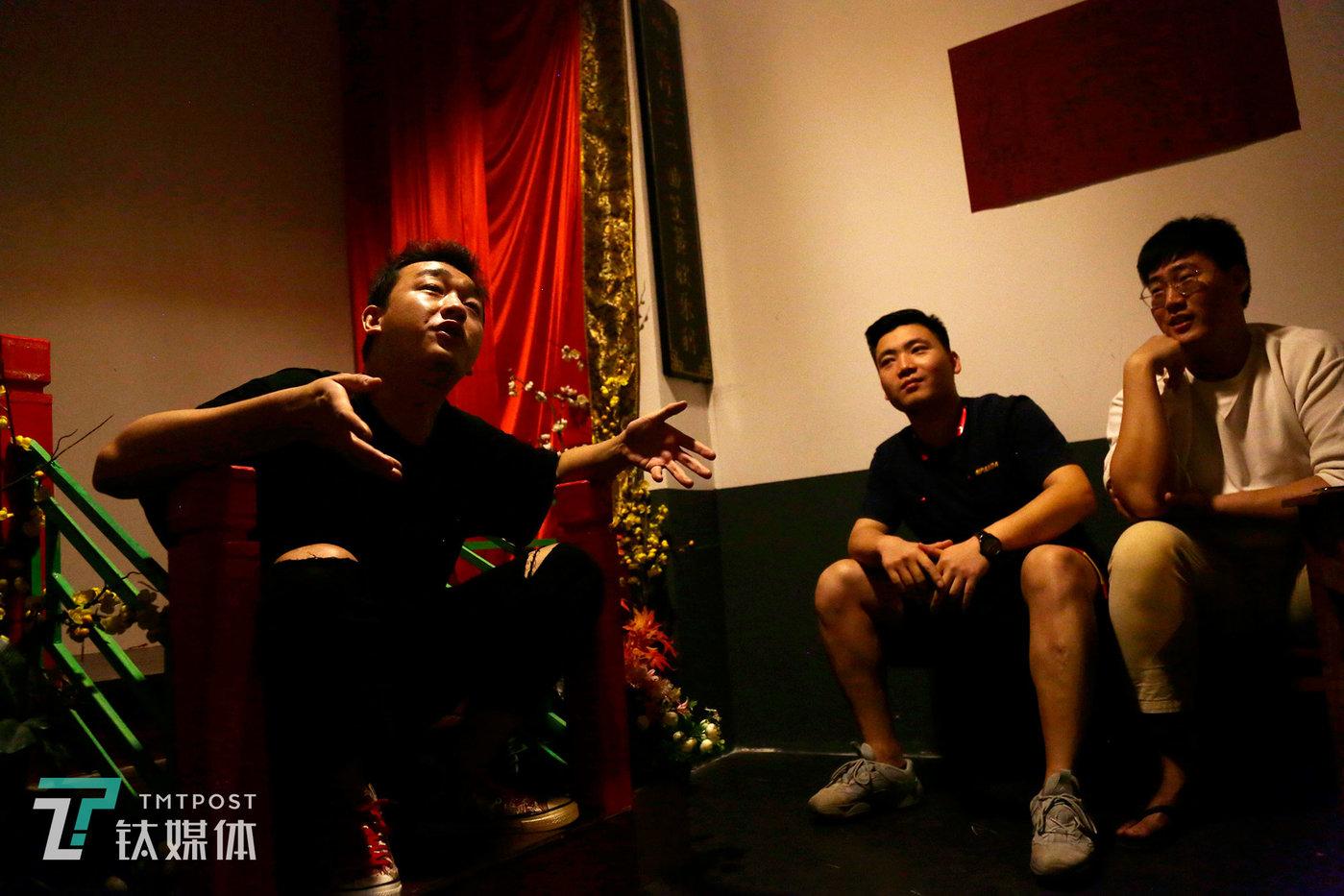 7月10号下午,张帅帅和同事开会复盘当天的表演。