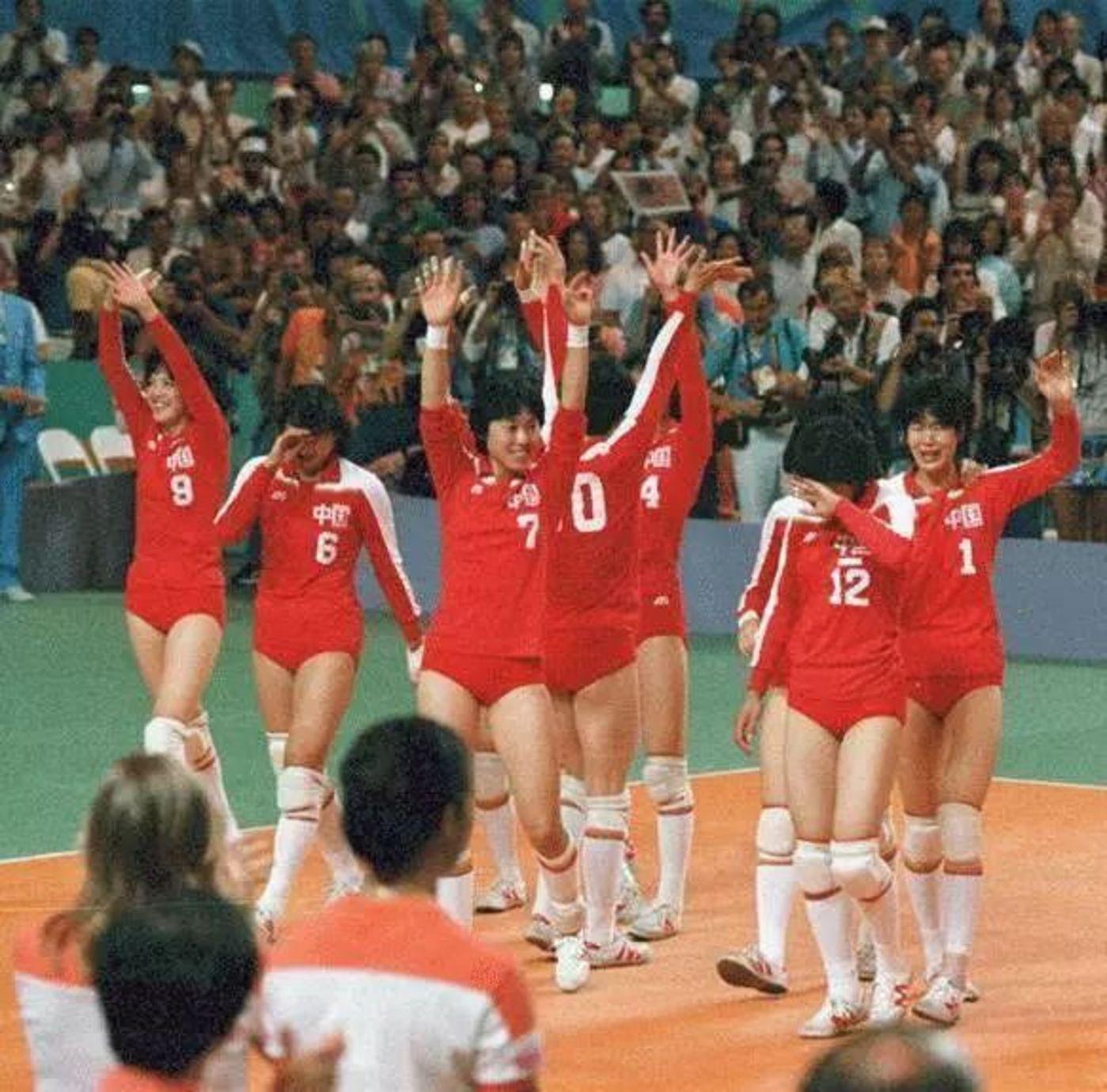 """在1981年到1986年中,中国女排第一期实现大赛五连冠时,脚下的同样也是""""回力"""""""
