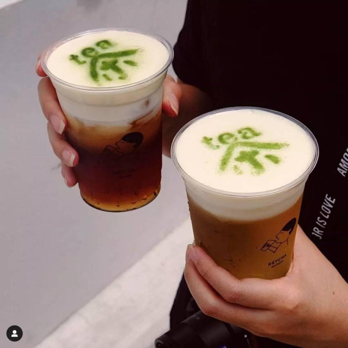 """其中的一款产品,奶盖上还用抹茶粉写着汉字的""""茶""""。"""
