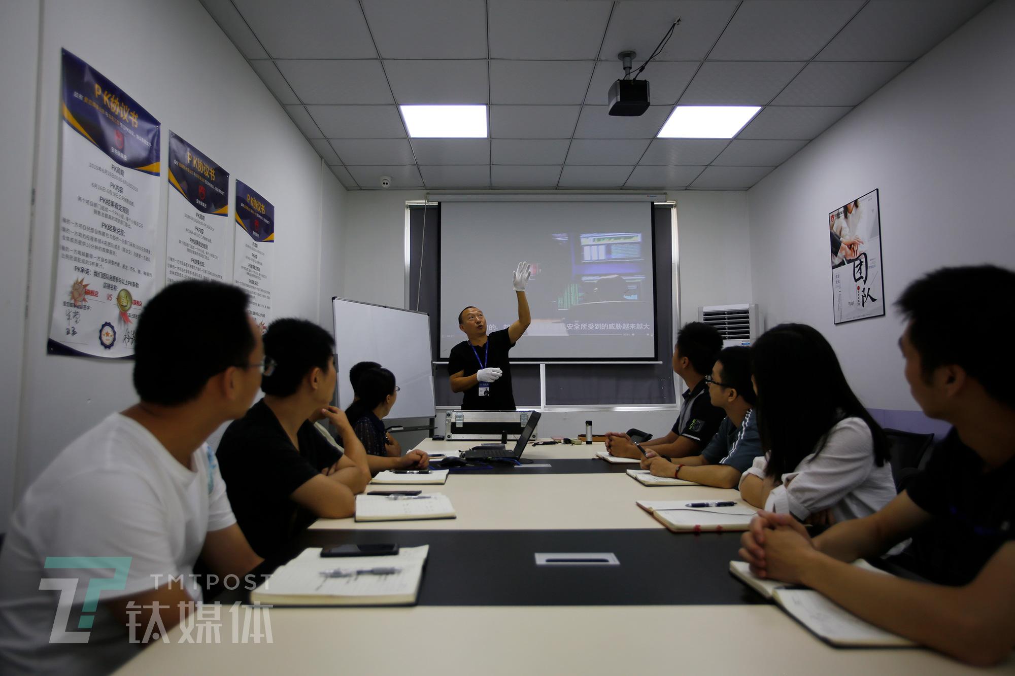 9月3日,深圳,安特保集团,何志会为同事讲解窃密器材的安放规律。