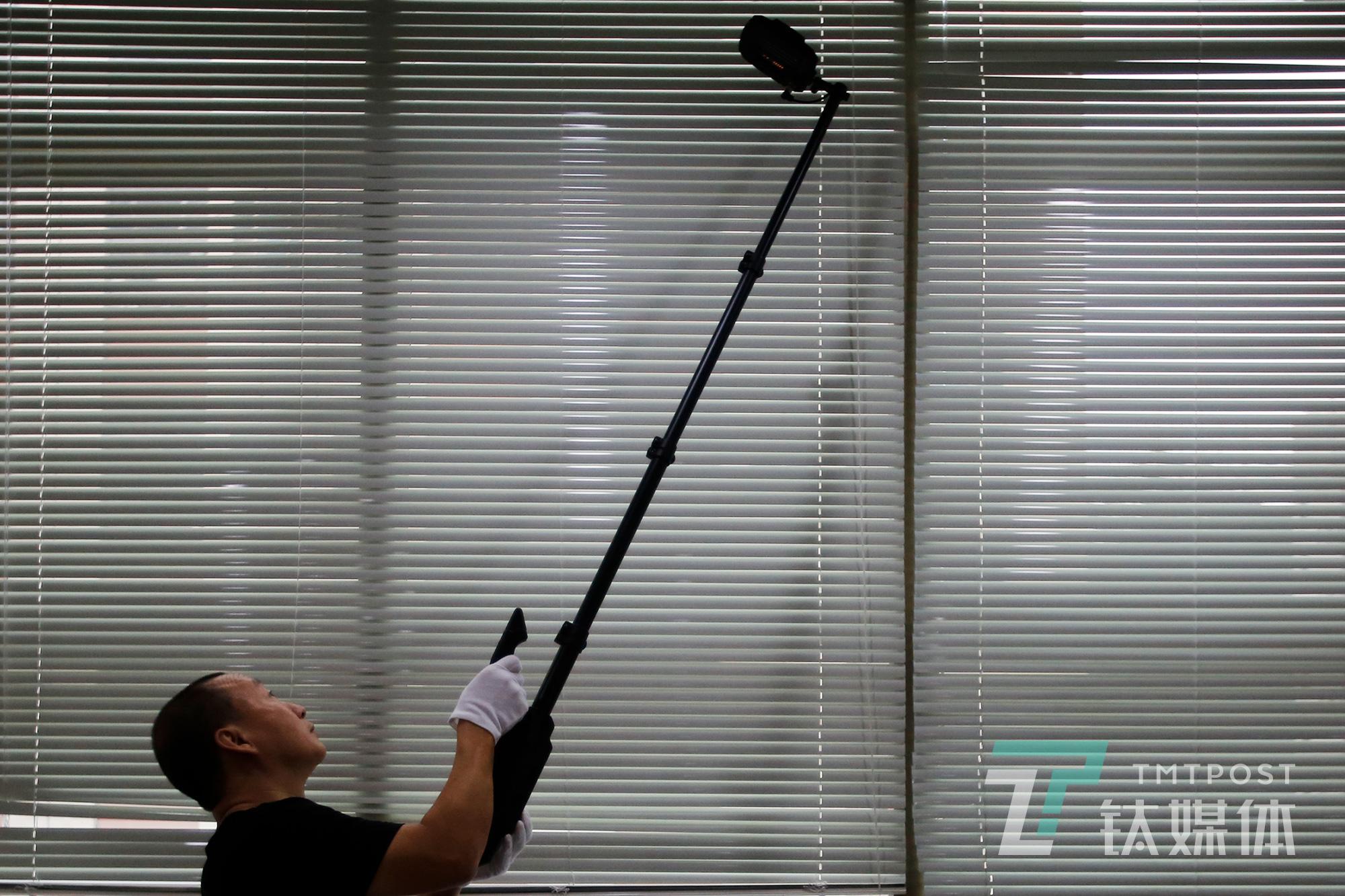 何志会向钛媒体《在线》展示如何检测办公室。