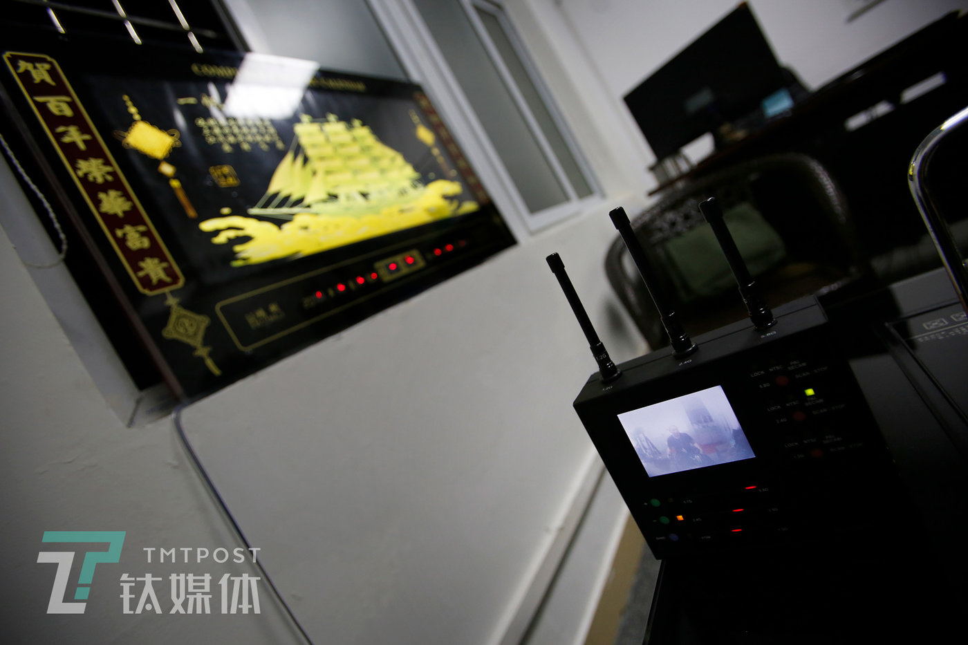 这面挂钟内部隐藏了一个模拟信号的针孔摄像头,通过特定的画面捕捉仪器,可以探测并捕捉到画面信号。