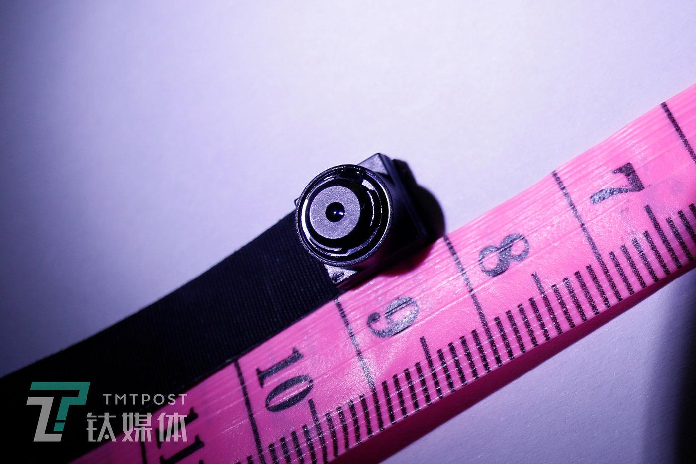 一个小于1厘米的针孔摄像头。